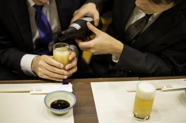 8f1e6b61e79b8 お酒の注ぎ方にマナーがあれば、注がれ方にもマナーがあります。上司や先輩がお酒を注いでくれる時に失礼が無いように覚えておきましょう。